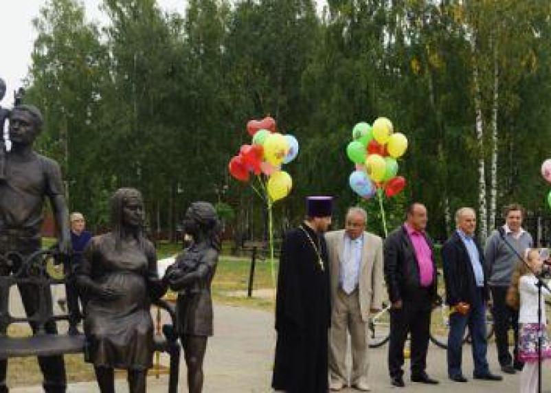 В Смоленской области появился памятник семье