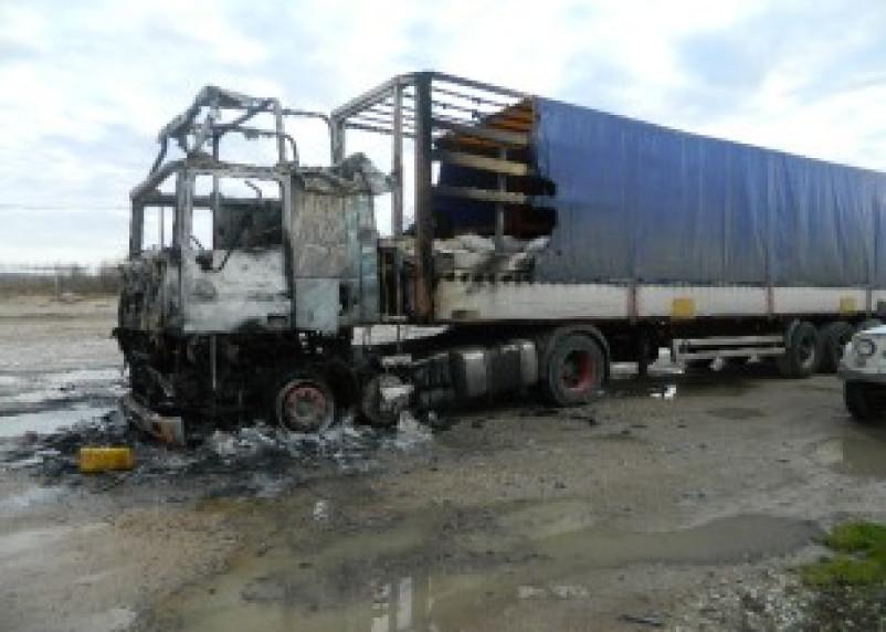 В Смоленской области сгорели две легковушки и фура