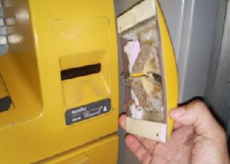 В Ленинском районе Смоленска обнаружено два банкомата со «скиммерами»