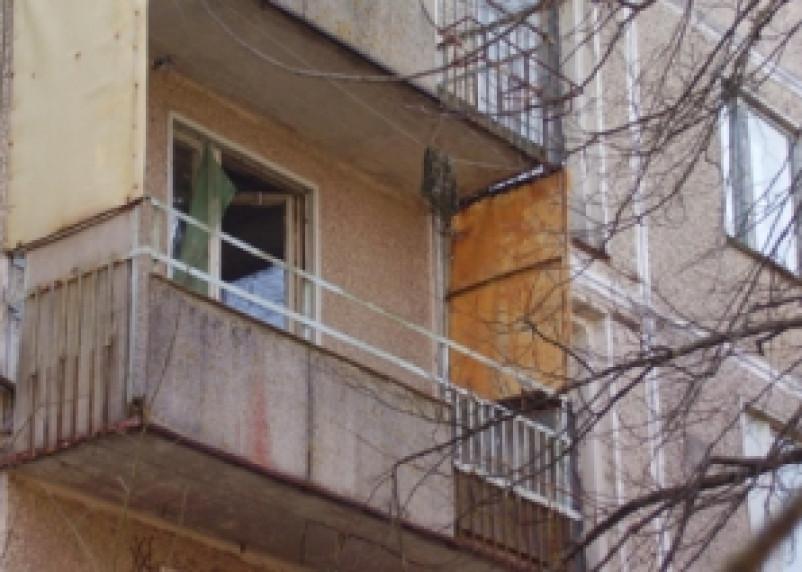 Сафоновец вытолкнул свою девушку из окна
