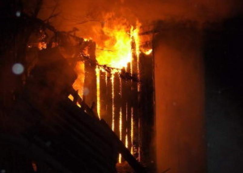 В Смоленской области горели жилые и хозяйственные постройки и автомобиль