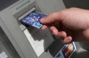 В Смоленске и в Велиже завели уголовные дела по похищению банковских карт