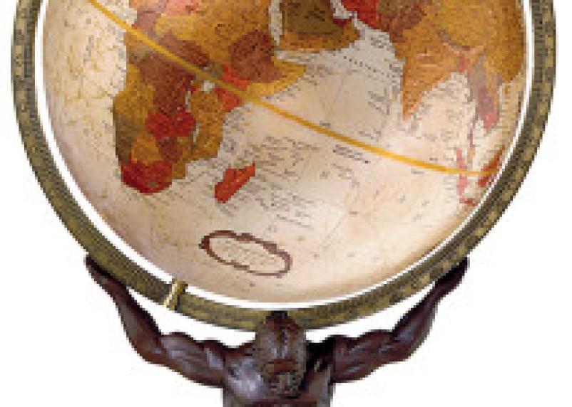 Географы с глобусами. Лучший учитель географии Смоленска работает в школе №33
