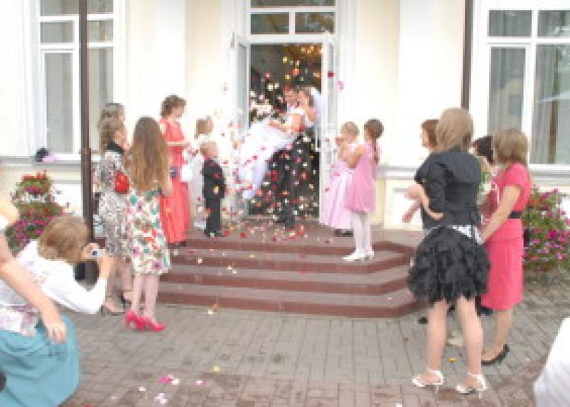 В Смоленске в январе вступило в брак 143 пары и родилось 367 детишек