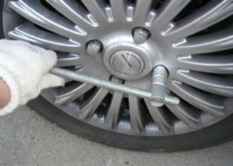 Двое молодых смолян пытались открутить колеса у чужого автомобиля
