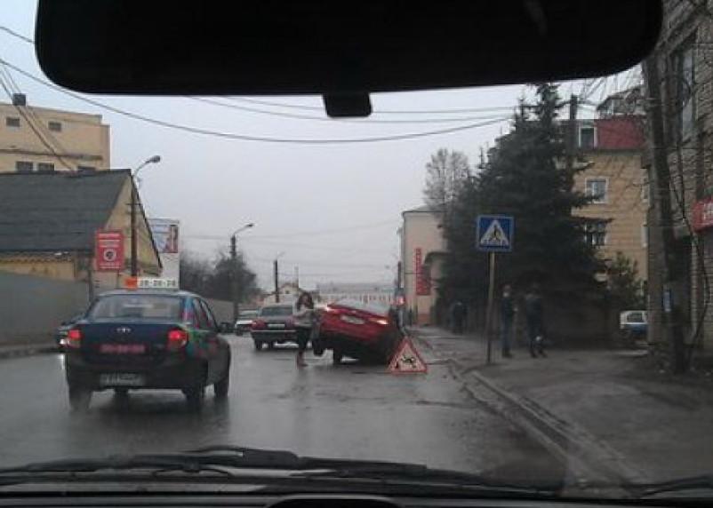 В Смоленске на улице Кашена под землю вновь провалился автомобиль