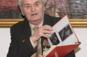 Рославльский ветеран подарил смоленскому музею уникальный архив