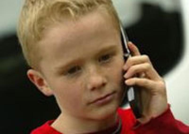В Смоленском парке мошенники выманили у школьников телефоны