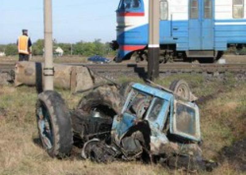 В Дорогобужском районе столкнулись трактор и поезд