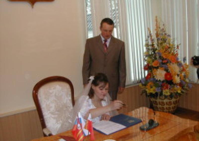 В марте в Смоленске родилось 306 детей и сочеталось браком 156 пар