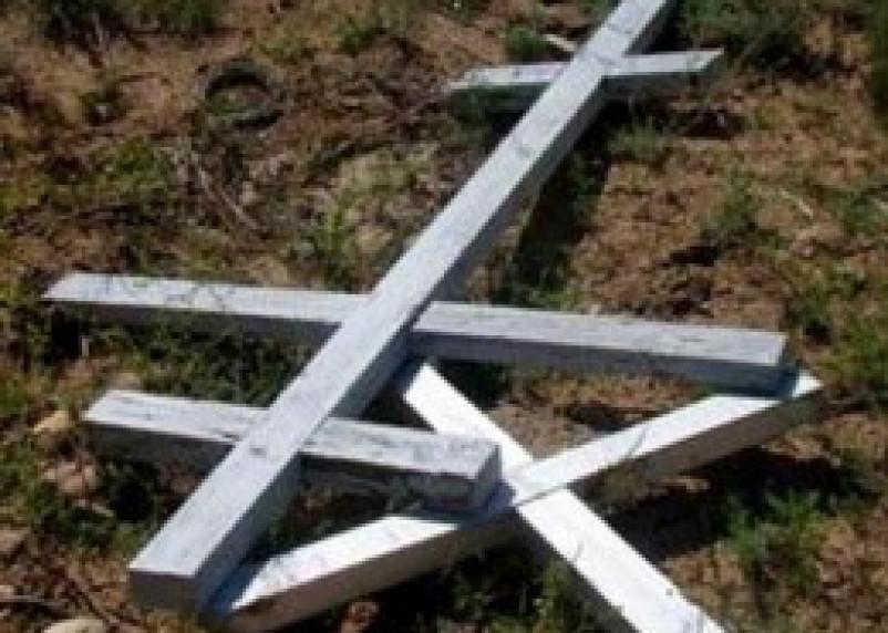 Жительница Краснинского района сняла кресты с 16 могил