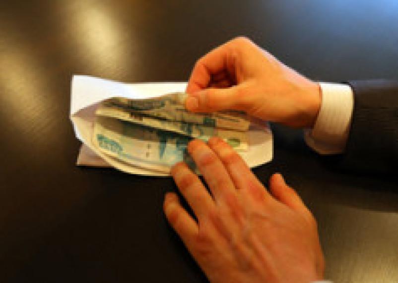 Сотрудник миграционной службы, позарившись на 8 тысяч рублей, потерял 420 тысяч