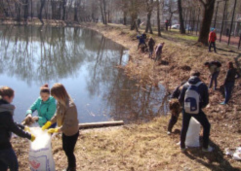 Смоленские школьники очищали город от мусора