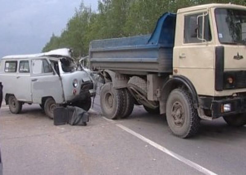 В Смоленске на улице Седова при столкновении грузовичка с самосвалом пострадал человек