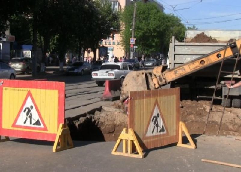 Посреди улицы Николаева в Смоленске образовался котлован. Видео