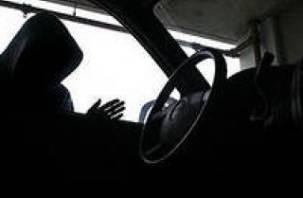 Житель Угранского района обчистил автомобиль, оставленный хозяином в кювете