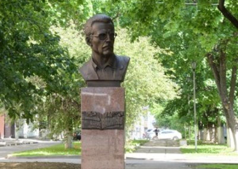 В Смоленске установили бюст Бориса Васильева