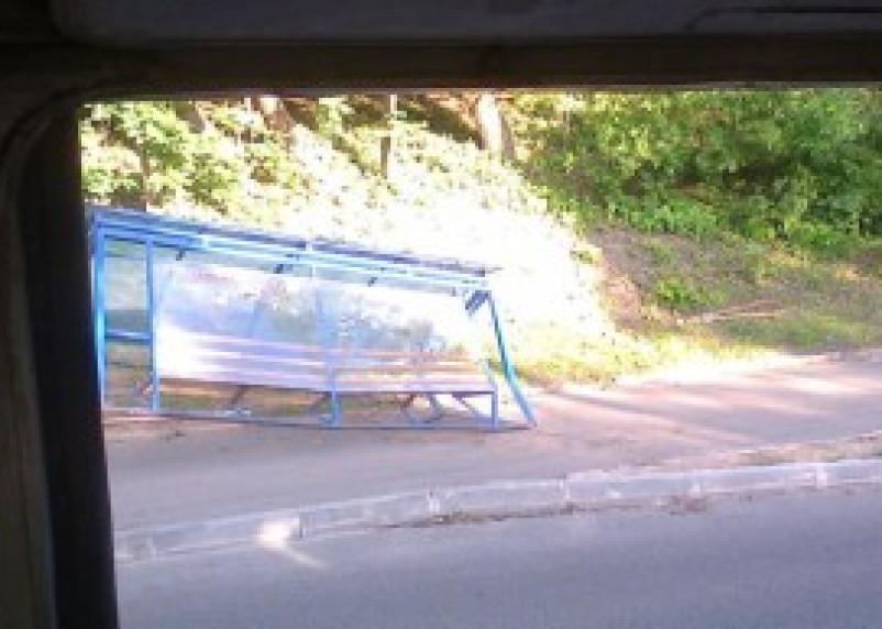 В центре Смоленска автомобиль снес остановку