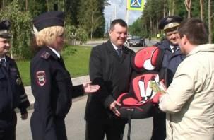 Сотрудники ГИБДД подарили многодетной семье автокресло