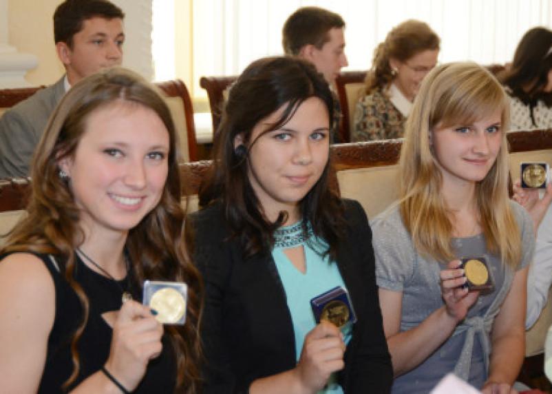 Лучших смоленских выпускников наградили медалями с бриллиантами