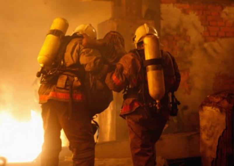 Пожарные в Ельне спасли из огня троих человек