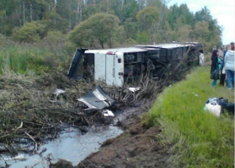 В Смоленском районе рейсовый автобус оказался в кювете. Есть пострадавшие