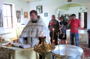 В смоленском храме крестили ребенка из семьи беженцев