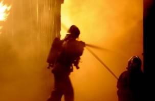 В Сафоново при пожаре в гараже погиб мужчина, а в Велиже сгорел лесопильный цех
