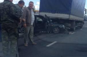 В Смоленске легковой автомобиль «заскочил» под грузовик