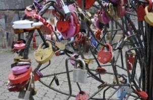 В Смоленске, в Лопатинском саду срезали 100 свадебных замков