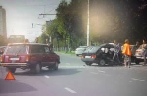 В Смоленске на улице Кирова столкнулись два ВАЗа