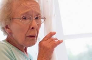 В Демидове пожилую пенсионерку побили за отказ заплатить за «бесплатные доски»
