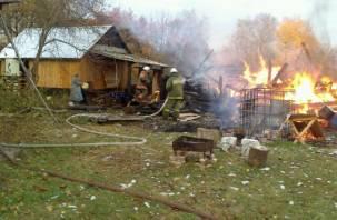 В Гагаринском районе сгорел гараж с двумя машинами и двумя тоннами сена