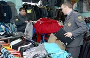 На рынке в Монастырщине продавали контрафактные диски и одежду