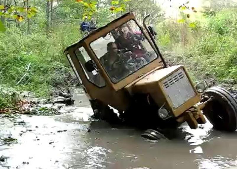 Пьяный ярцевчанин утопил чужой трактор в болоте