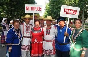 Белорусы массово скупают в Смоленске машины, рубли и айфоны