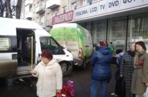 В Смоленске два микроавтобуса и легковушка врезались в магазин «Эльдорадо»