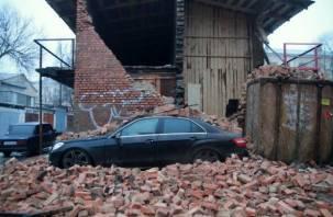 В Смоленске на Мерседес рухнула стена кирпичной постройки
