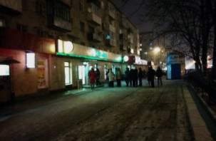 Смоляне массово снимают деньги в банкоматах Сбербанка