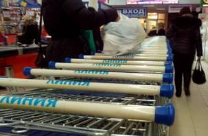 В магазинах Смоленска расчет с помощью банковских терминалов ведется в штатном режиме