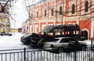 В Смоленске на платной автостоянке сгорели три машины