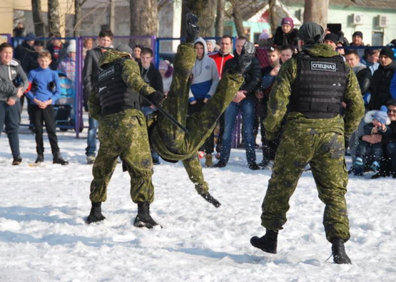 Смоленский спецназ показал детям оружие и приемы рукопашного боя