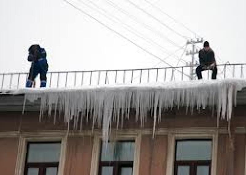 В Смоленске от льда и снега очистят крыши домов