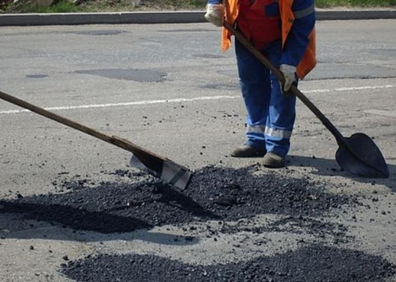 На дорогах Смоленской области начался ямочный ремонт