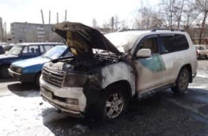В Смоленске продолжают гореть машины
