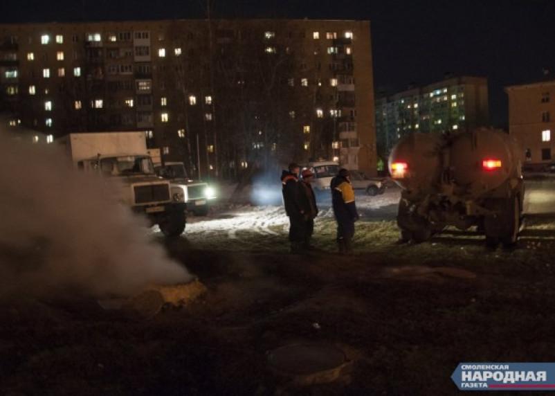 Из поврежденного трубопровода в Смоленске сливается теплоноситель