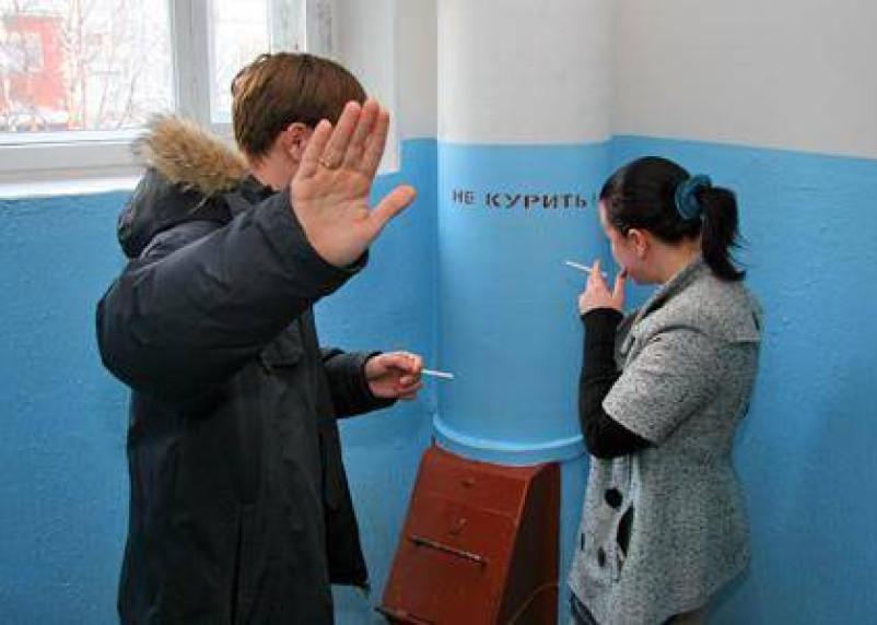 В Дорогобужском районе на подъездах домов появились знаки о запрете курения