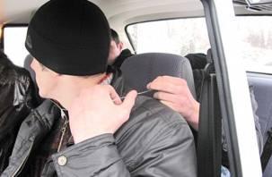 Трое белорусов пытались задушить смоленского таксиста