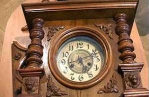 Смоленскому музею-заповеднику передали антикварные часы