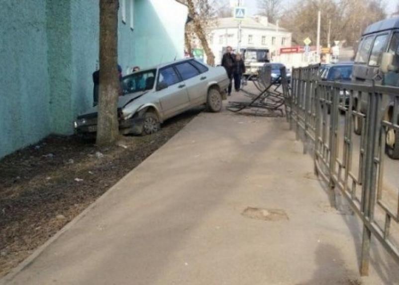 В Смоленске машина въехала в дерево